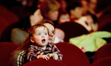 Bebé alucinando en el cine