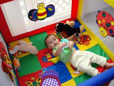 Bebé jugando en parquecito