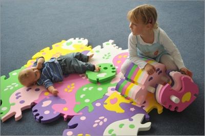 Niños jugando en alfombra Tessell