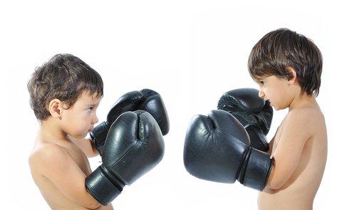 Niños boxeando